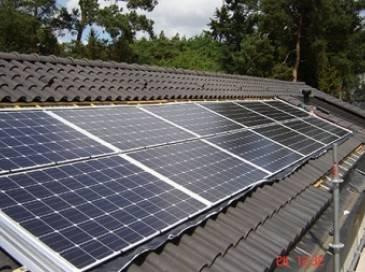 12 stuks zonnepanelen gemonteerd in schuin pannendak